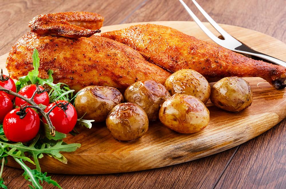Jumătăți de pui la cuptor cu unt aromat și cartofi