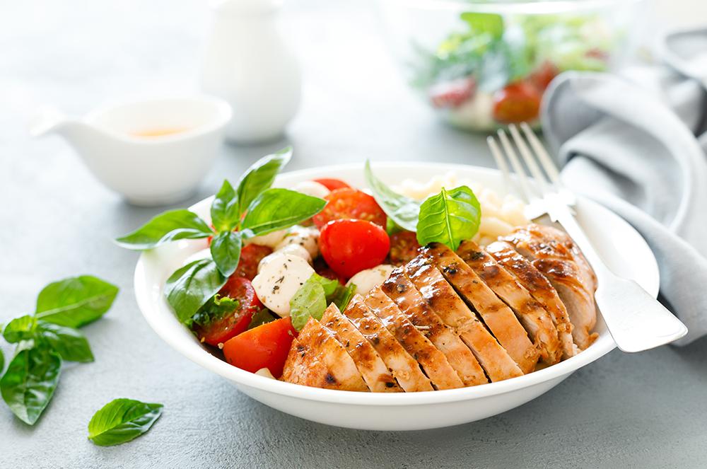 Salată de pui cu roșii și migdale pentru o siluetă delicioasă